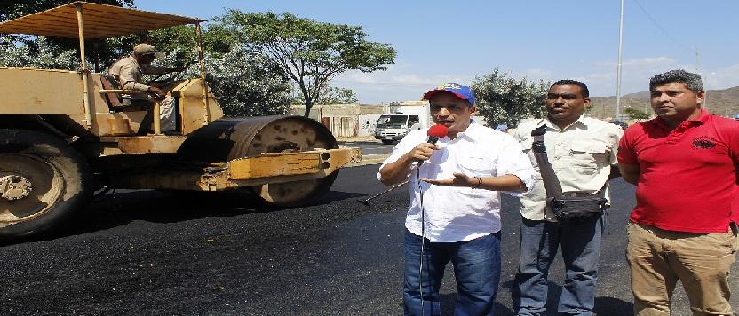 El Gobernador Bolivariano Edwin Rojas supervisó hoy trabajos de asfaltado en la Troncal 9 del estado Sucre.